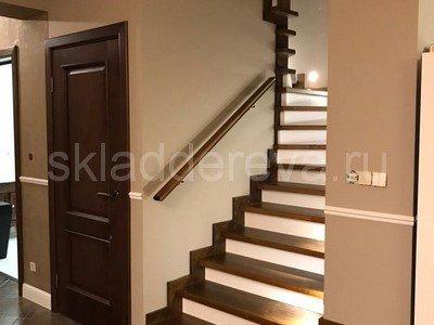 Лестница на 3 этажа покрытая в 2 цвета